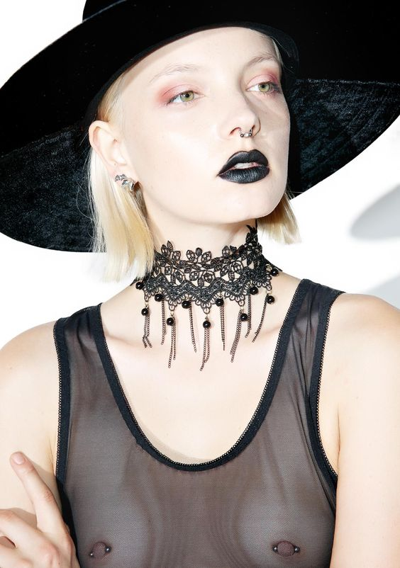 Palace Lace Choker is here to claim da throne. This regal choker features a gorgeous scalloped black lace construction with ball 'n chain hanging trim and an adjustable back clasp closure.