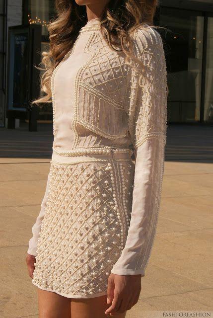 O vestido com bordados em pérolas ficou super luxuoso. Ideal para enfrentar o frio com muito estilo!