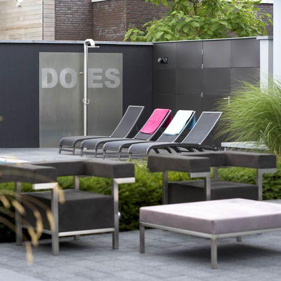 Strakke tuin moderne tuin zwembad buiten douche jacuzzi exclusieve tuinmeubelen - Tuinmeubelen ontwerp ...
