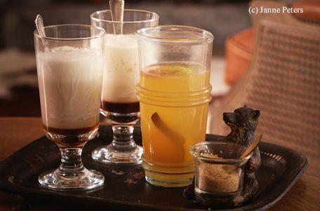 Orange heiß waschen, trocken reiben und die Schale dünn abschneiden. Orange in Scheiben schneiden. Wein mit Apfelsaft, Gewürzen, Apfelund Orangenscheiben in einem Topf erhitzen und ca. 15 Minuten leicht ziehen lassen (nicht kochen!). Nach Belieben mit...