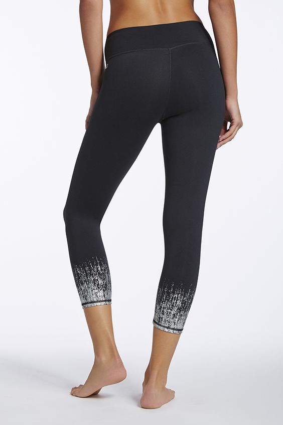 Love these Salar capris with the silver bottoms <3 Because who wouldnt want to sparkle while they work out! <3 My Wishlist | Fabletics #FableticsWishList #ambsdr