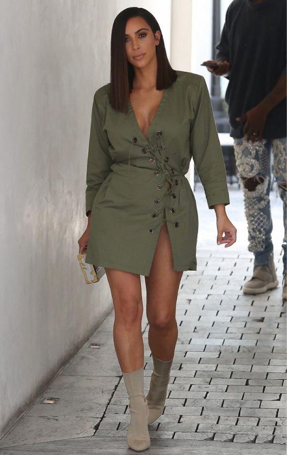 Kim Kardashian, vestido verde militar, glove boot, bota colada na canela cinza