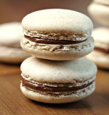 Macarons à la noisette et nutella - les meilleures recettes de cuisine d'Ôdélices  http://www.odelices.com/recette/macarons-a-la-noisette-et-nutella-r718