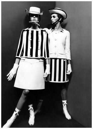 En 1964 André Courrèges presenta la minifalda de corte recto con líneas basadas en el arte op de la época. Las botas contribuyen al estilo espacial.