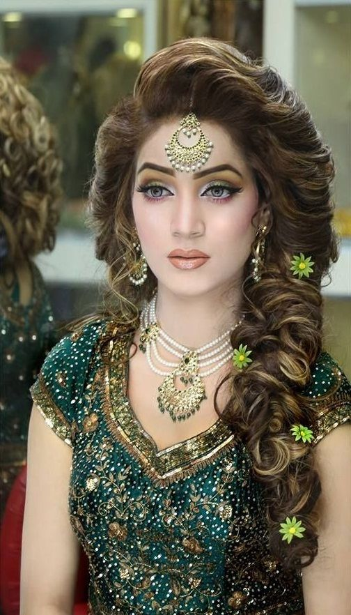 Wedding Hairstyles Stylish Bridal Mehndi Hairstyles For Ultimate Traditional Look Wedding Themes Mehndi Hairstyles Pakistani Bridal Makeup Pakistani Bridal Hairstyles