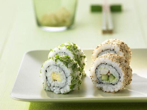 Köstliches Sushi mit etwas anderer Würzung! California-Rolls mit Sesam und Koriander - smarter - Kalorien: 80 Kcal - Zeit: 1 Std. 45 Min.   eatsmarter.de