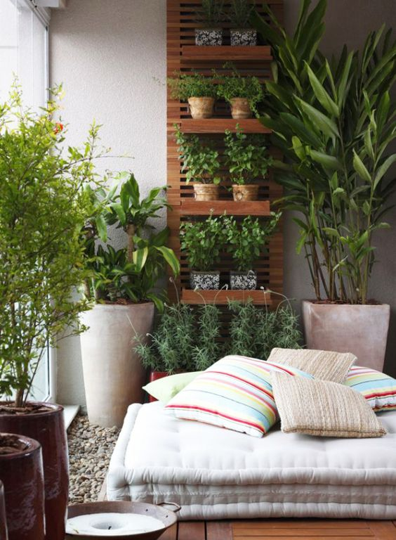 Varanda com pufe e vegetação - 18 idéias para decorar varandas de apartamentos pequenos