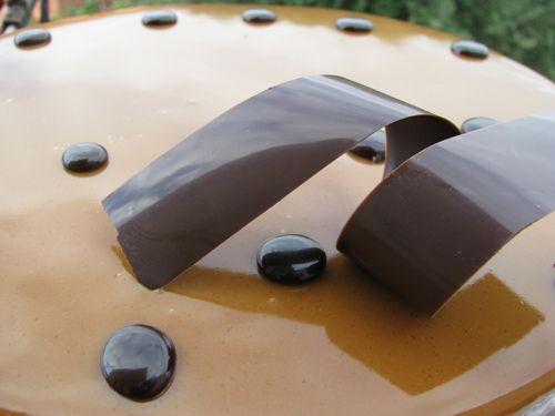 Per la glassa al caramello e caffè  80 g di sciroppo di glucosio 220 g di zucchero semolato 200 g di panna liquida fresca 80 g d'acqua 150 g di latte condensato 260 g di succo d'arancia filtrato 10 g di pectina 30 g di zucchero 50 g di caffè ristretto 10 g di caffè liofilizzato 15 g di gelatina in polvere ( io ho utilizzato lo stesso peso in fogli da 2 g)   Versare in una capiente casseruola dai bordi alti il glucosio e i 200 g di zucchero. Far cuocere fino alla formazione di un caramello…
