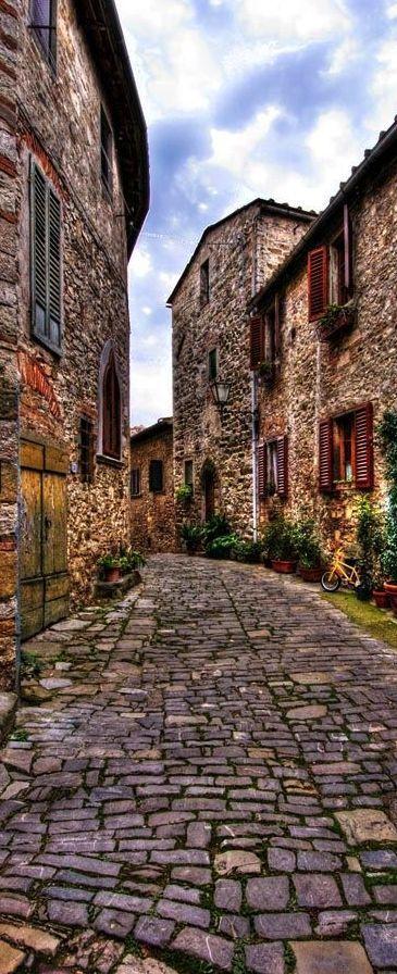 Parece que viajemos en el tiempo con esta imagen de Montefili en la Toscana, Italia.