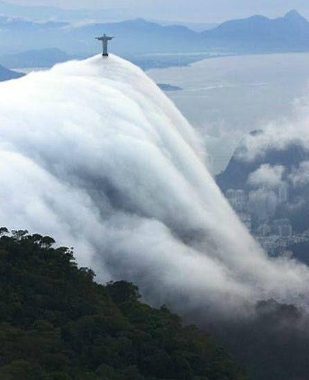 7 de junho ·   Cascata de nuvem sobre o Cristo Redentor. — em Rio de Janeiro