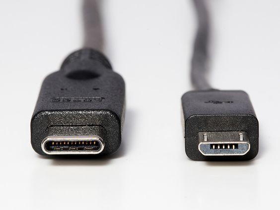 左がUSB Type-C、右が従来のMicro-USB。これまでの通常のUSB端...