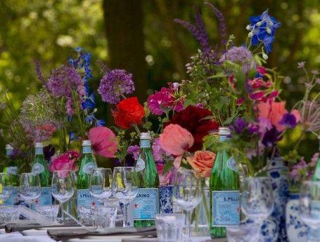Eten van een lekkere tafel prachtige feestelijke tafel met bloemen feest feestaankleding - Feestelijke tafels ...