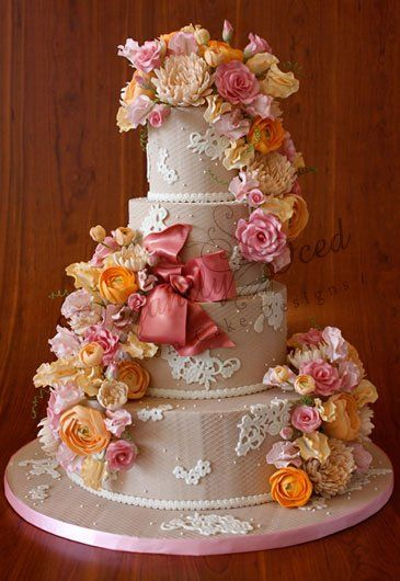 Pretty flower prlacement on cake.