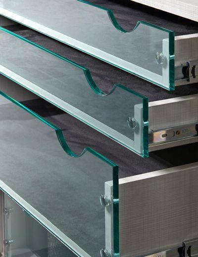 Planejados Gavetas com frente de vidro. Design arrojado e melhor visualização do interior das gavetas.