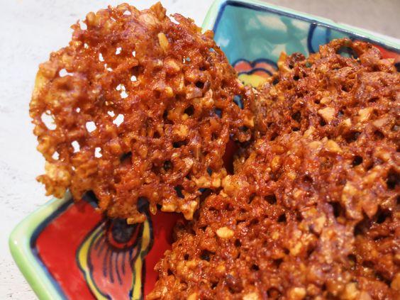 Low Carb Rezepte von Happy Carb: Käse-Mandel-Chips - Eine leckere und schön würzige Knabberei für den Abend.