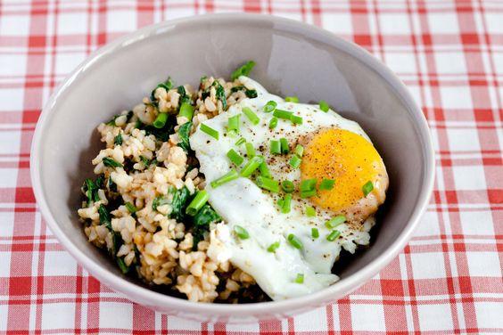 Smażony ryż ze szpinakiem lub inną zieleninką. Proste i zdrowe, wegetariańskie danie dla dorosłych i dla dziecka