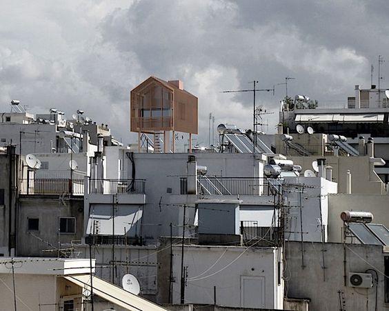 Architektonischer Zeigefinger über den Dächern Athens