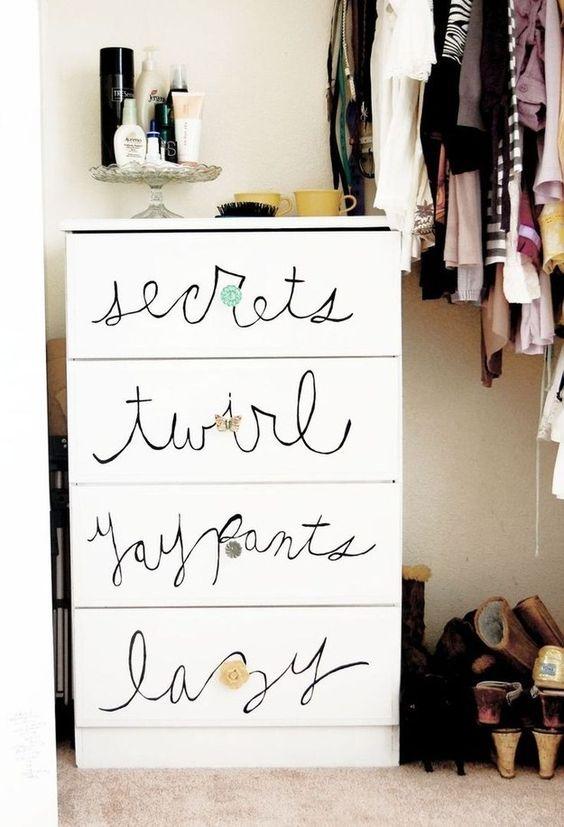 Y por último, puedes simplemente garabatear algunas palabras con un marcador permanente. | 24 maneras fáciles de hacer que tus muebles se vean más caros