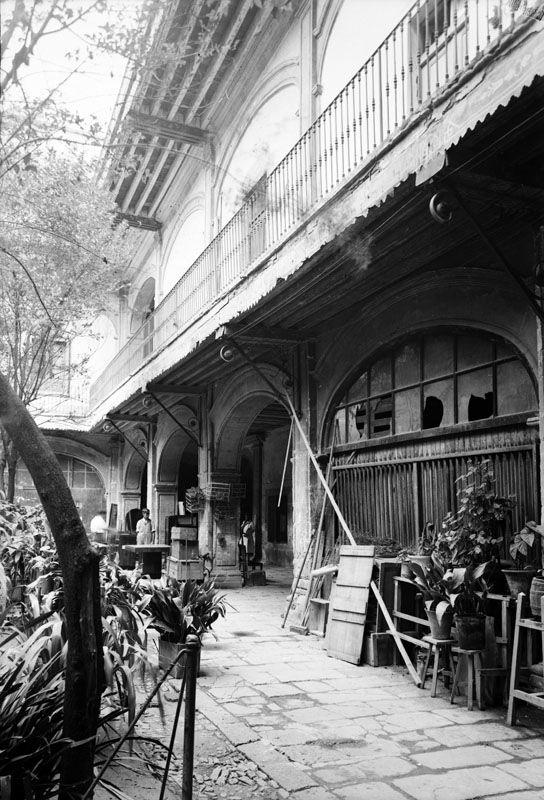 1925 Objetos diversos en el patio de una vecindad