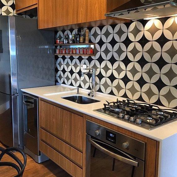 Adorei a cozinha com bancada clara e moveis em madeira. Os azulejos na parede dão destaque ao projeto. Simples e lindo