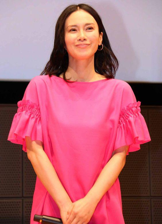 フリル袖でピンク色が似合う美しい中谷美紀
