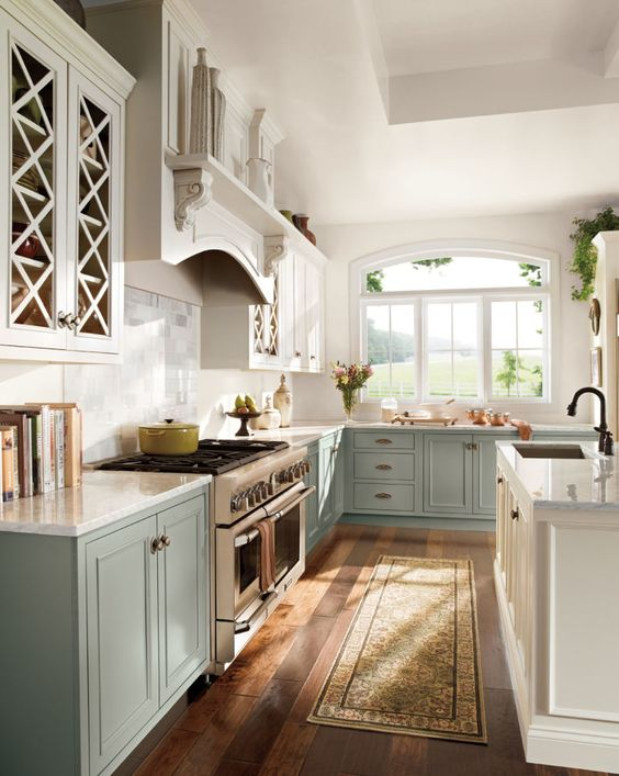 Two-toned kitchen cabinets are officially all the rage, like in this kitchen with the lighter upper cabinets and darker lower ones. Click through for more info on two-toned cabinets.
