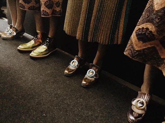 Os sapatos femininos apresentam inspirações em Luís XV! #SPFWn41 #SPFW:
