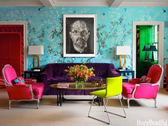 Paredes Decoradas: DICAS!  Gostei do papel, do sofá roxo e das poltronas pink: