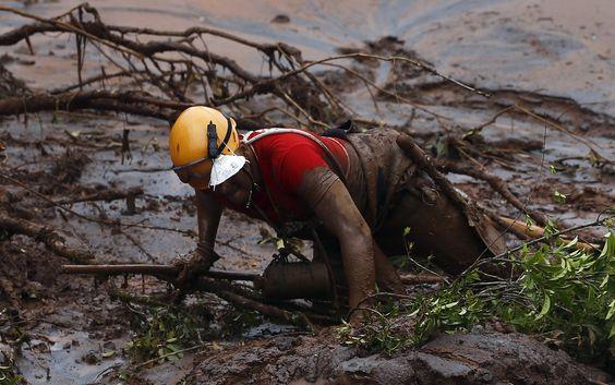 8/11 - Bombeiros trabalham na busca por vítimas no distrito de Bento Rodrigues, em Mariana, neste domingo