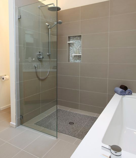 Small master bedroom ensuite with tub and shower floor for Modern small ensuite