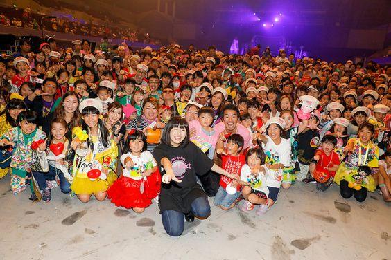 佐々木彩夏と「子供祭り」参加者たち。(Photo by HAJIME KAMIIISAKA)