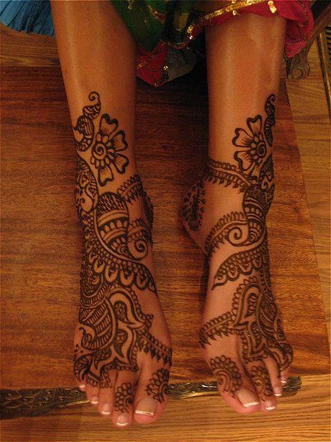 henna feet by HennaLounge, so cool ...pretty feet