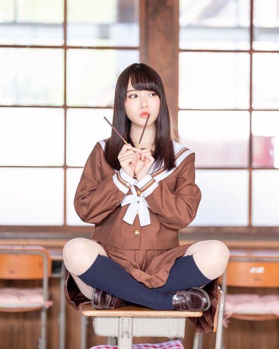 毋湯喔!水手服制服美少女 咬著筷子坐在書桌上!》Cute Girl Pretty Girls 漂亮、可愛、無敵、青春活力