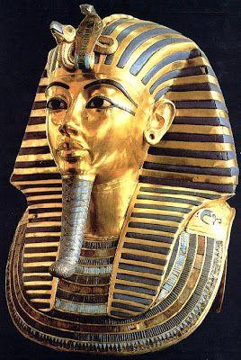 """""""Máscara funeraria de Tutankamón"""" (1334-1325), Dinastía XVIIIª. Madera cubierta por láminas de oro, pasta coloreada y piedras. Formaba parte del tercer ataúd cubriendo su cabeza. Este faraón mantuvo el monoteísmo en sus primeros años de gobierno.:"""