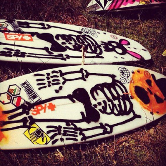 Alex Gray is || ON A MISSION || y sus tablas para los tubos de Halloween. Board art by Ozzie Wright.  www.sindustrysurf.com ||