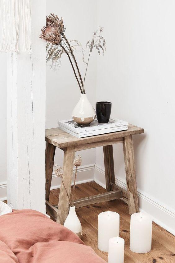 Time to relax! Der Hocker Lawas ist ein stilvolles Accessoire, das für rustikale Vibes in Deiner Wohnung sorgt.Ob als Beistelltisch oder Sitzgelegenheit, der Hocker Lawas ist vielseitig einsetzbar und passt perfekt in dieses Schlafzimmer! Kombiniert mit wunderschönen Zweigen, einer tollen Vase und stimmungsvollen Kerzenschein ist der Cozy Look perfekt! // Schlafzimmer Hocker Nachttisch Beistelltisch Holz Ideen Einrichten Kerzen Deko Dekoration Vase #Schlafzimmer #Schlafzimmerideen #Hocker