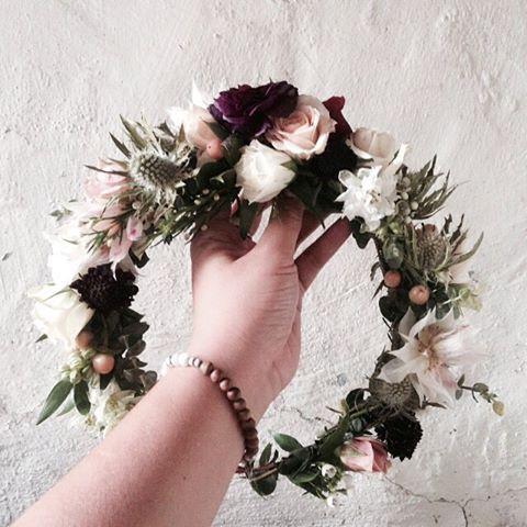 The Reese Crown Dark Plum Ranunculus Green Thistle Amongst Blush Toned Florals For A Statement Look Custom Kronen Blume Blumenkrone Frisur Blumenkrone