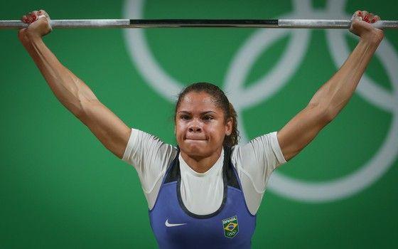 Rosane dos Reis Santos (Brasil) durante disputa do levantamento de peso feminino, categoria 53 kg, no Riocentro, no Pavilhão 2 do Parque Olímpico na capital (Foto: Ricardo Nogueira/ÉPOCA)