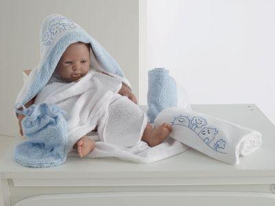 questo bellissimo set bagnetto per neonato composto da un accappatoio a triangolo in spugna una salvietta un asciugamano e una manopola da bagno
