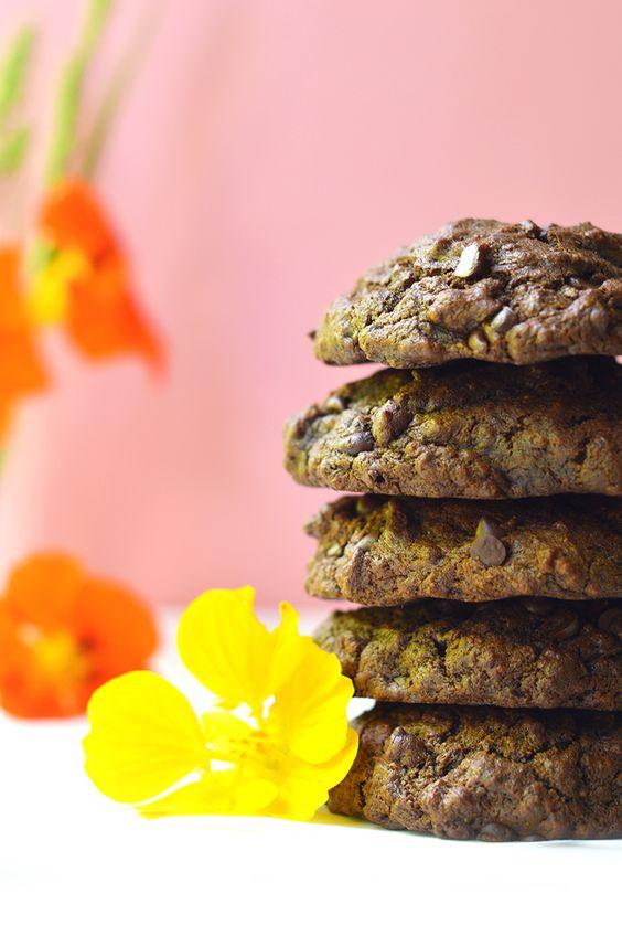 Ces petits cookies au chocolat vegan et sans gluten sont ultra moelleux ! Vous ne pourrez pas leur résister ;) www.sweetandsour.fr