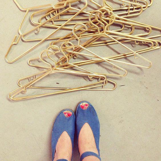 Haz que tu armario o estante rodante se vea menos monstruoso pintando de dorado tus ganchos de ropa de plástico.   23 Proyectos DYI dorados que amarás