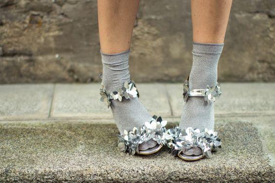 Fleurs argentées sur chaussures