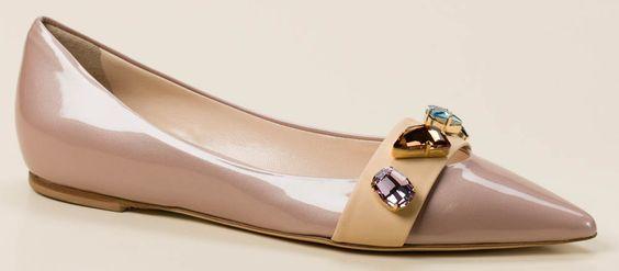 Diese feminine Ballerina der Marke Konstantin Starke begeistert durch die grazile Linienführung. Auf dem modisch schlanken Leisten kommt das rosenholzfarben metallisierte Lackleder schick zur Wirkung. Der beigefarbene, schmückende Riemen auf dem Blatt ist durch seine großzügigen Strasssteine in femininen Farben ein besonderes Highlight. In der Optik sehr flach im Absatz, bietet diese Ballerina durch den 2cm hohen Innenkeil ein angenehmes Laufgefühl. Die Ledersohle hat eine weiche…