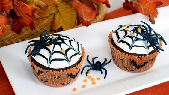 Ein echter Hingucker: Halloween-Muffins mit Spinnennetz-Glasur (Quelle: Thinkstock by Getty-Images)