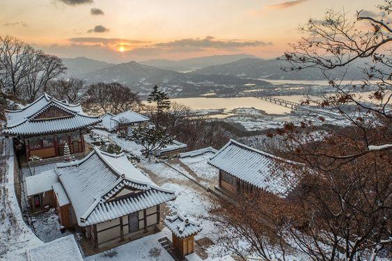 Cảnh sắc bình yên trong mùa đông ở Hàn Quốc tại một ngôi đền