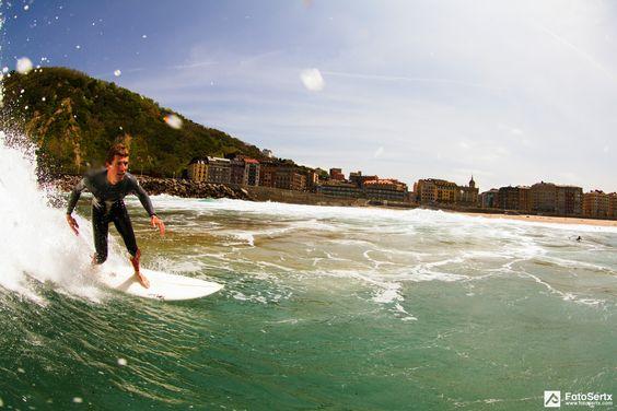 la zurriola, donostia,  sagues de fondo, surfista :  iñigo daguerressar foto:  fotosertx