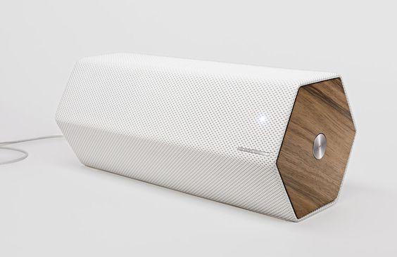 """Mit dem """"Timber"""" präsentiert dasEinrichtungshaus Habitat einen formschönen Lautsprecher, welcher Tradition und Moderne verbindet: Das schlichte Gehäuse zitiert mit seinen Endstücken ausNussbaumholz Audio-Geräte aus vergangenen Zeiten, moderne Materialien wie der weiße 3D-Stoffbezug verleihen dem Lautsprecher jedoch ein zeitgemäßes Aussehen.Technisch ist … Weiterlesen"""