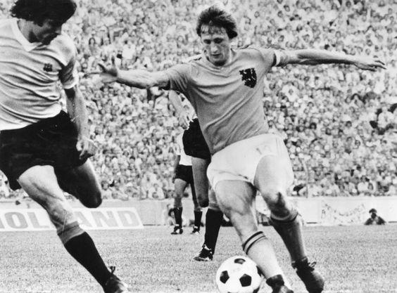 Johan Cruijff. Dizia meu avô que esse homem jogava mais que o Pelé.