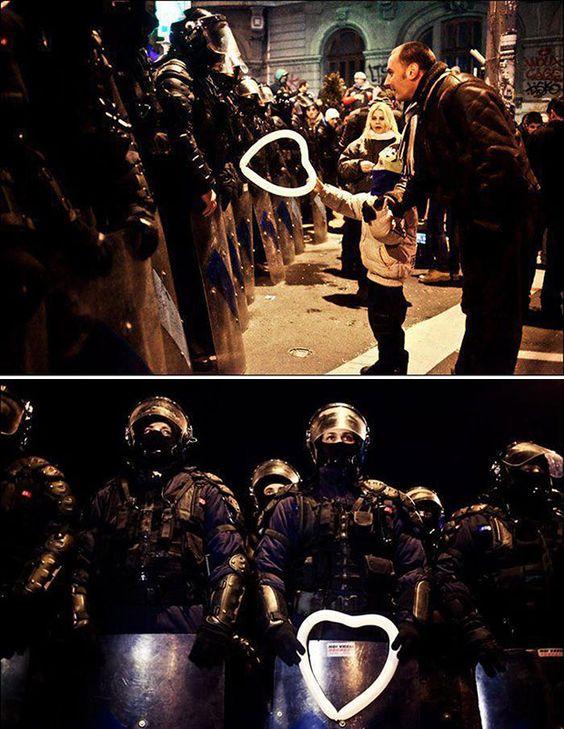 Garoto dá um balão em forma de coração para policial durante protestos em Bucareste, na Romênia  Leia mais: http://www.tudointeressante.com.br/2013/11/as-43-fotos-mais-emocionantes-ja-tiradas-ate-hoje.html#ixzz39CHQgPYk