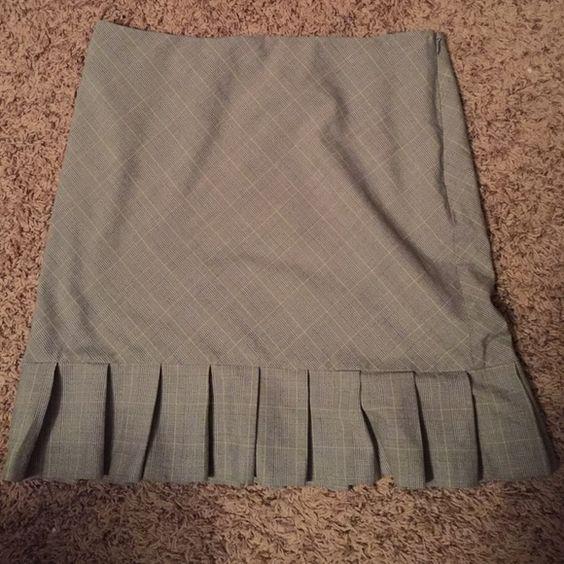 Gray Plaid Bottom Ruffle Work Skirt Size 10 Gray Plaid Bottom Ruffle Work Skirt Size 10. Side zip. 15 inches across waist. 18 inches from waist to hem. Giorgio Fiorlini Collection Skirts
